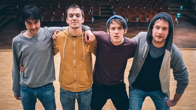 Christopher, Malte, Henning und Severin von der Band AnnenMayKantereit stehen nebeneinander