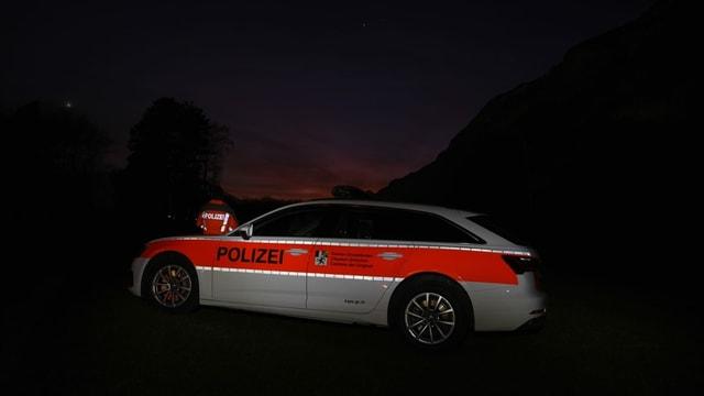 Maletg simbolic: auto da polizia en in lev cotschen da la saira.