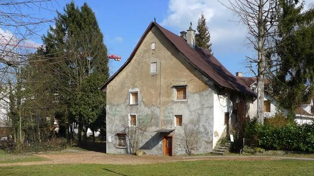 Das Schlössli in einer alten Aufnahme: Ein altes, etwas zerfallenes Haus