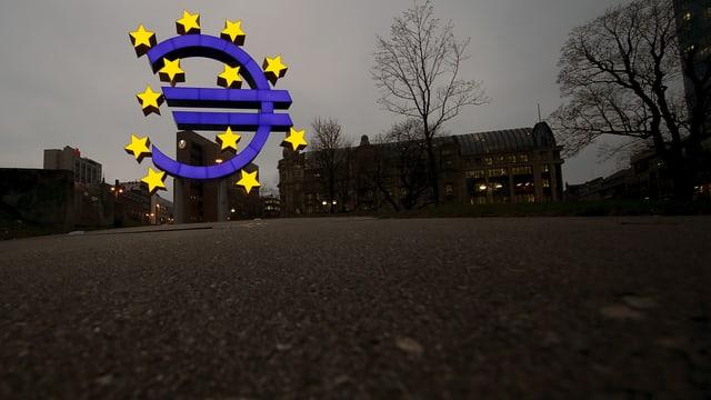 Euro-Zeichen am Sitz der EZB in Frankreich