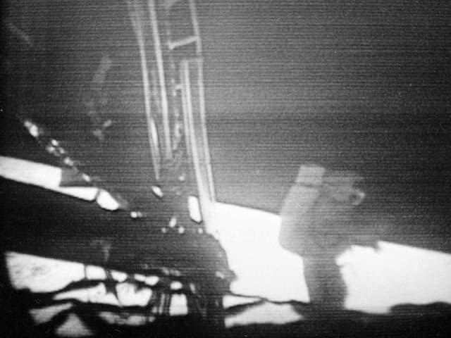 Komandant Neil Armstrong bewegt sich nach der Landung vorsichtig von der Mondlandefähre «Eagle» weg.