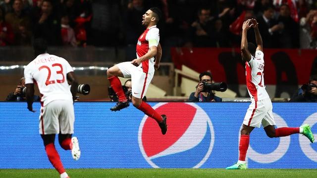 Radamel Falcao (Mitte) springt in die Höhe