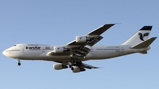 Das Flugzeug mit ausgefahrenem Rollwerk.