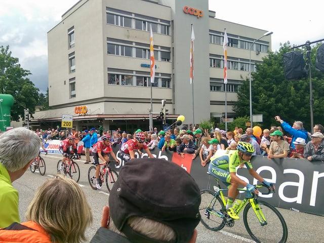 Zuschauer und Radrennfahrer