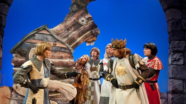 Ein Holzhase mit König und Ritter auf der Hechtplatz Bühne.