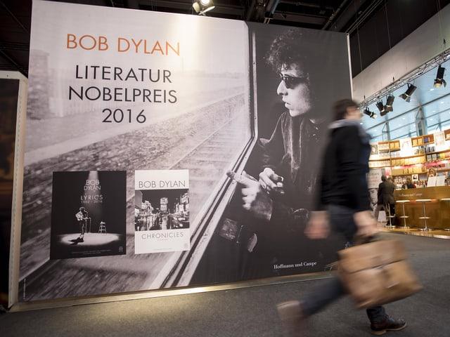 An der Frankfurter Buchmesse hingen Plakate zu Ehren von Bob Dylan.