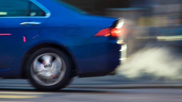 Auto bremst bei Fussgängerstreifen ab.