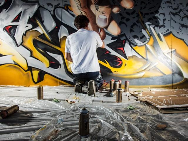 David Kümin mischt traditionelle Graffiti-Schriften mit fotorealistischen Elementen.