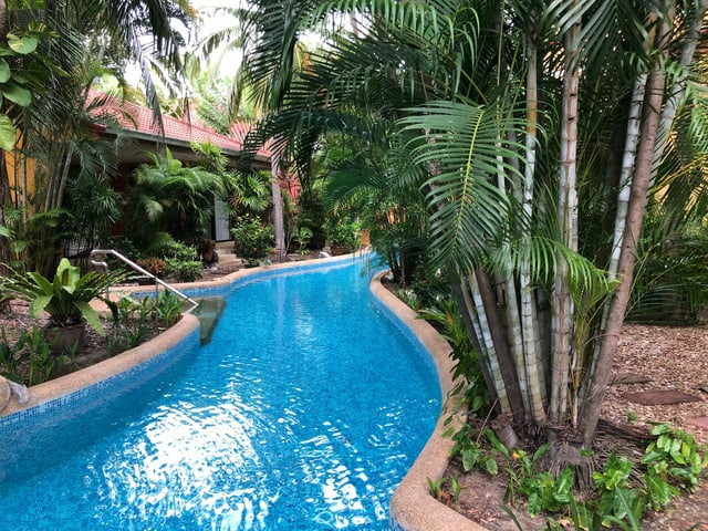 Künstlicher Kanal fliesst durch das Resort