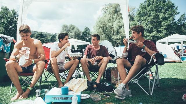 Die 17-jährigen Jan, Sven, Timo und Luca aus dem Aargau sind wegen Macklemore und Casper da. Fast Food? Fehlanzeige. Das Quartett kocht lieber selbst.