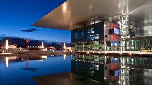Das Kultur- und Kongresszentrum Luzern in der Abenddämmerung.