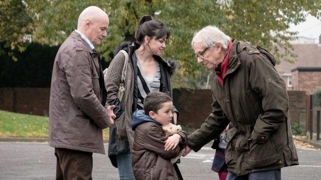 Regisseur Ken Loach spricht mit Schauspielern von «I, Daniel Blake»