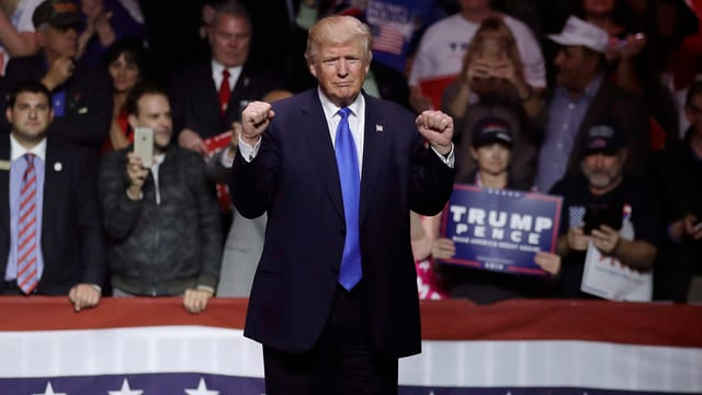 Donald trump streckt die Fäuste und vor den Wählern einer Wahlveranstaltung