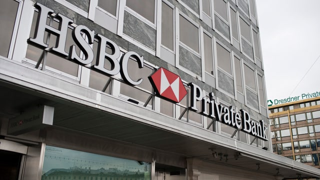 Logo der HSBC Private Bank über einem Gebäudeeingang