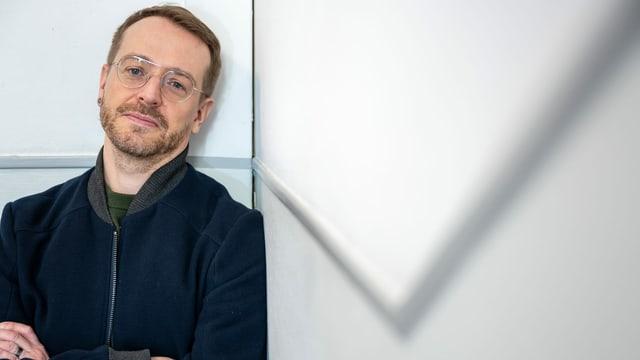 ein Mann mit Brille posiert für die Kamera