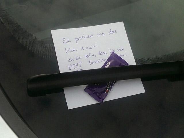 """Zettel an der Windschutzscheibe: """"Sie parken wie das letzte Arschloch! Ich bin dafür, dass Sie sich nicht fortpflanzen."""" Daneben liegt ein Kondom."""