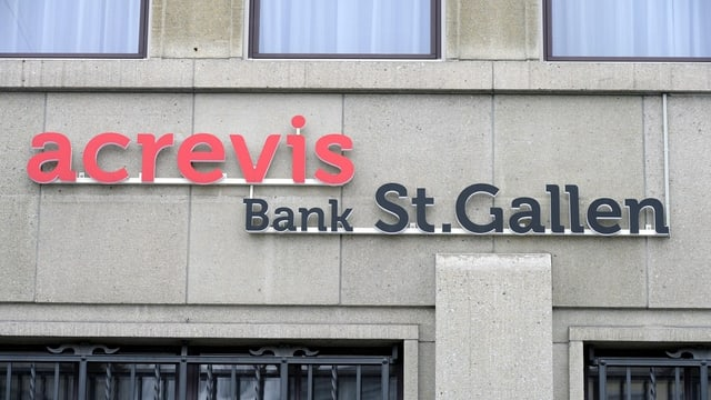 Das Logo der Acrevis-Bank an einem Gebäude.