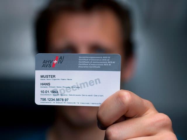 Mann zeigt AHV-Karte in die Kamera