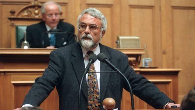 Matthey gibt seinen Verzicht am Rednerpult im Nationalratssaal bekannt.