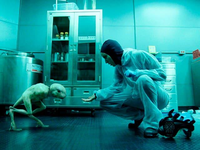 In einem Labor versucht eine Forscherin das Vertrauen der von ihr geschaffenen Figur zu gewinnen.