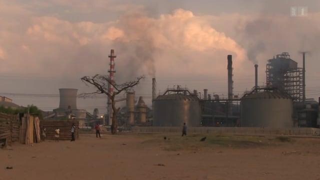 Bereits aus der Ferne sind die Abgase des Kupferwerks in Sambia zu sehen.