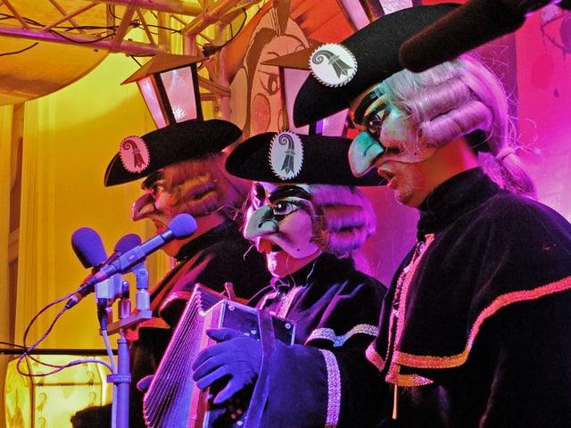 Die drei Bänggler beim Auftritt mit einer Ziehharmonika.