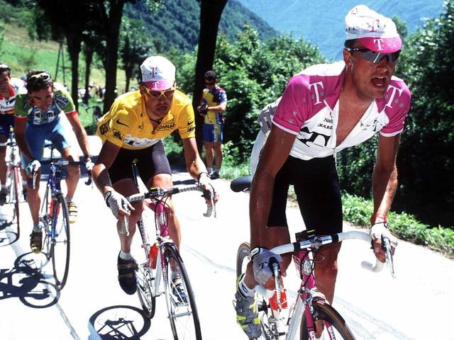 Der eigentliche Telekom-Captain Bjarne Riis (r.) macht an der Tour 1997 für Jan Ullrich Tempo.