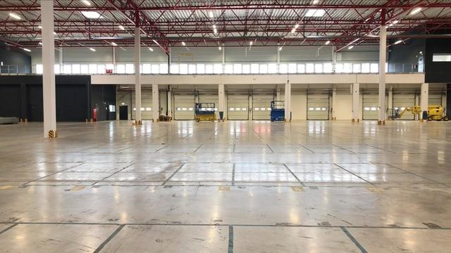 Noch ist die 5000 Quadratmeter grosse Halle in Krefeld (D) leer. 20'000 verschiedene Produkte, rund 140'000 Stück, werden hier künftig eingelagert. 100 Millionen Euro sollen mit der Halle generiert werden.