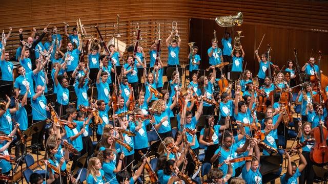 Jugendorchester, alle stehen, Instrumente in der Hand