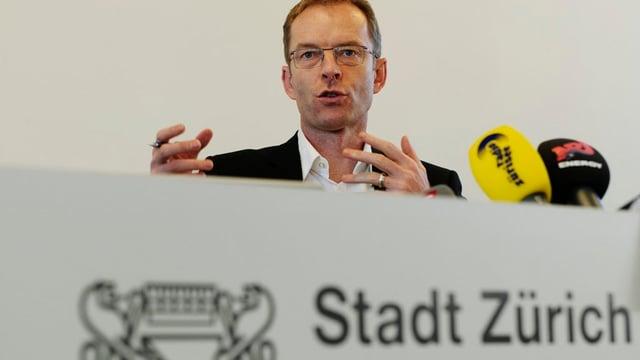 Daniel Leupi spricht an einer Medienkonferenz