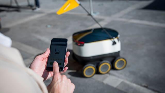 Eine Hand klickt auf einem Smartphone auf ein Produkt, das in der Anzeige erscheint.