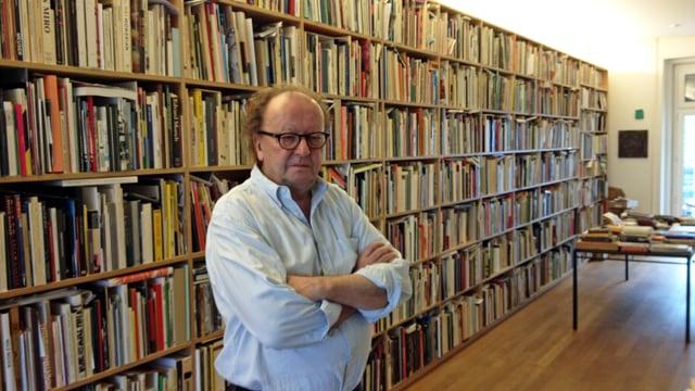 Max Wechsler steht vor seiner Bücherwand.