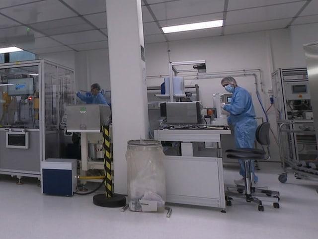 Produktionsanlage mit Robotern für die Antikörpertests.