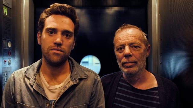 Sohn und Vater im Aufzug.