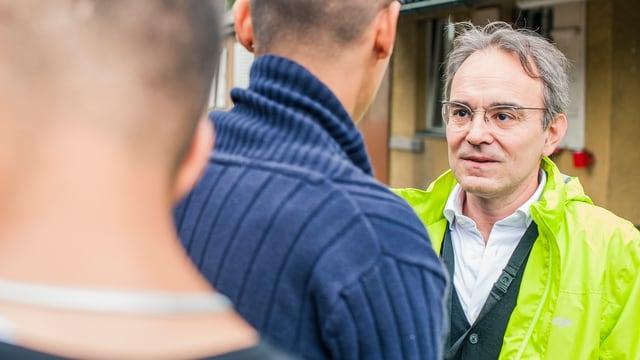 Einer der beiden Seelsorger im Gespräch mit Asylbewerbern im Zentrum Juchhof in Zürich.