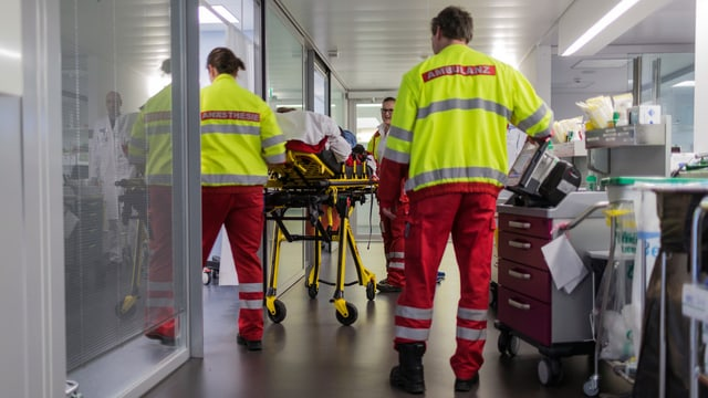 Sanitäter bringen einen neuen Patient ins Notfallzentrum des Inselspitals Bern. (keystone)