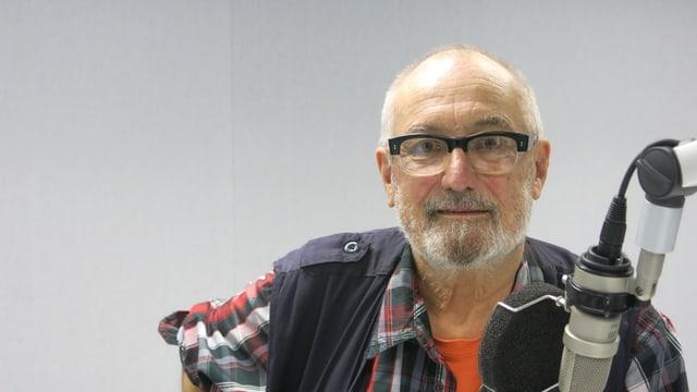 Clemens Klopfenstein neben einem Radio-Mikrofon