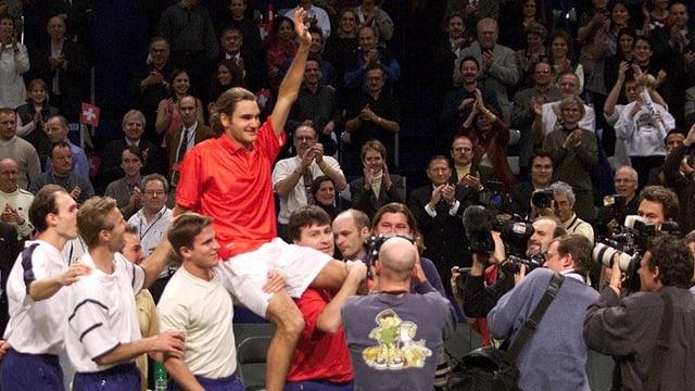 Roger Federer im Jahr 2001 - auf den Schultern seiner Davis-Cup-Teamkollegen.