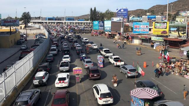 Autos vor der Grenze