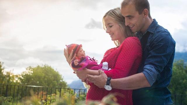 Nina und Nino Schurter halten ihre Tochter Lisa in den Armen.
