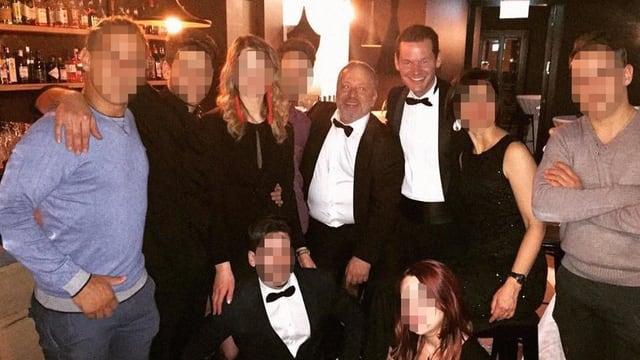 Pierre Maudet an einer Party umgeben von edel gekleideten Personen.