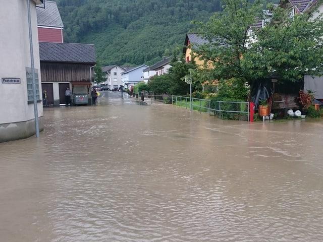 Überflutete Strassen in Glarus.