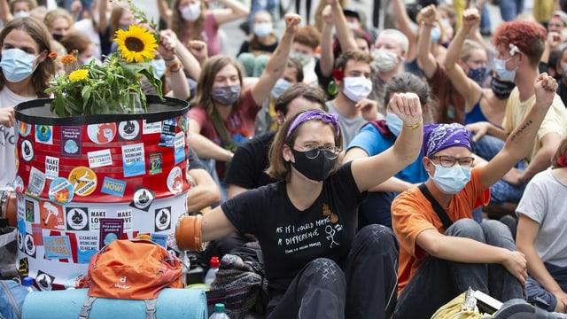 Demonstrierende auf dem Bundesplatz.