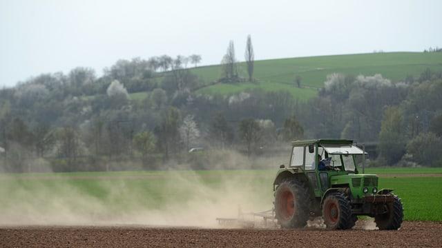 Ein Traktor fährt über ein Feld.