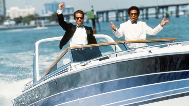 Still aus «Miami Vice»: Don Johnson und Philip Michael Thomas fahren in Anzüge gekleidet auf einem Schnell-Boot.