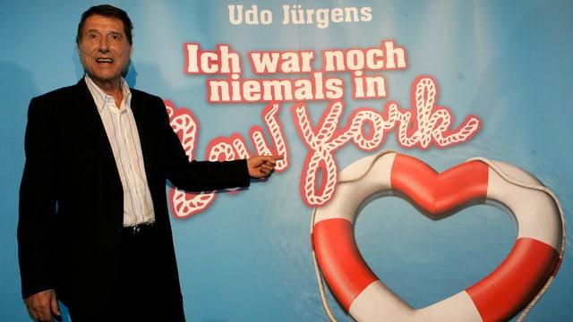 Udo Jürgens steht vor dem Musical-Plakat «Ich war noch niemals in New York»