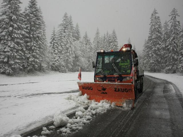 Ein Schneeräumungs-Fahrzeug räumt den Schnee weg.