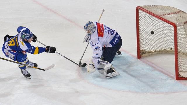 Hockey sin glatsch. Sanester il giugader da Tavau Gregory Sciaroni che sajetta il 5:2 per il HCD. Dretg il goli da Turitg Lukas Flueeler.