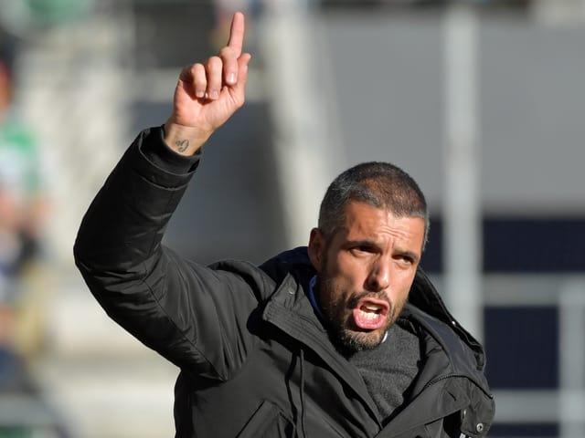 Fabio Celestini streckt den Finger in die Höhe