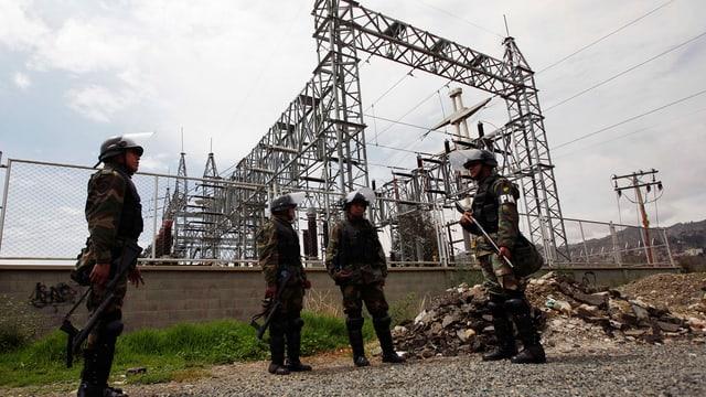 Soldaten sichern die Anlagen des spanischen Energiekonzerns Red Electrica.